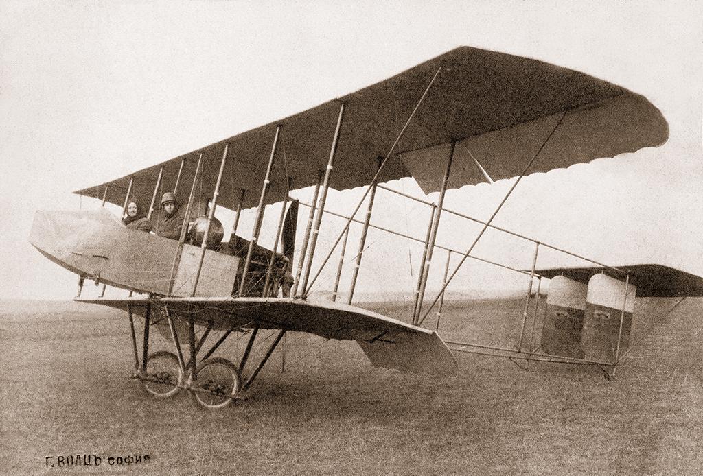 Френският пилот Бюри и фотографа Георг Волц с техния аероплан в Адрианопол (Одрин), 1912 г. ©Георг Волц
