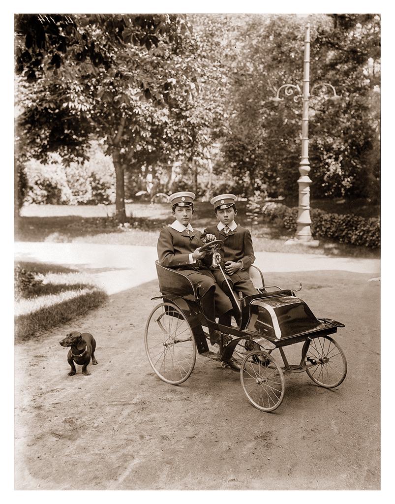 Княз Борис и княз Кирил с любимия дакел на цар Фердинанд на разходка в София, 1904-1906 г., ©Георг Волц