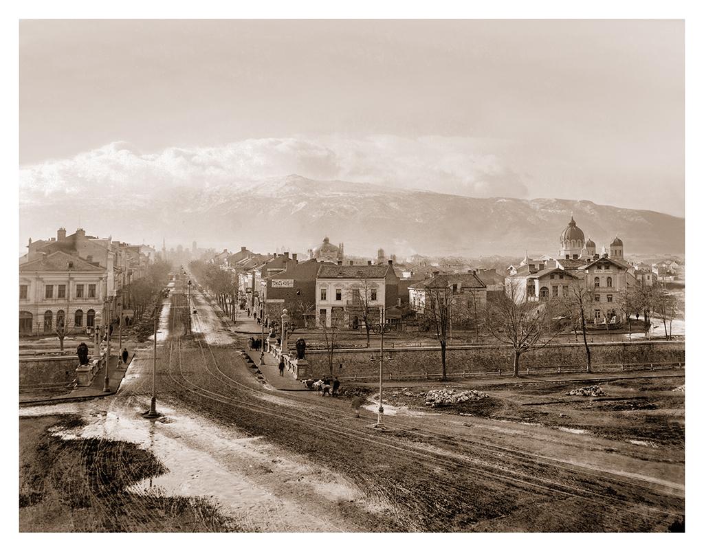 """Изглед към булевард """"Мария Луиза"""" и Шарения (Лъвовия мост) в София, началото на века. 1900-1910 г. ©Георг Волц"""